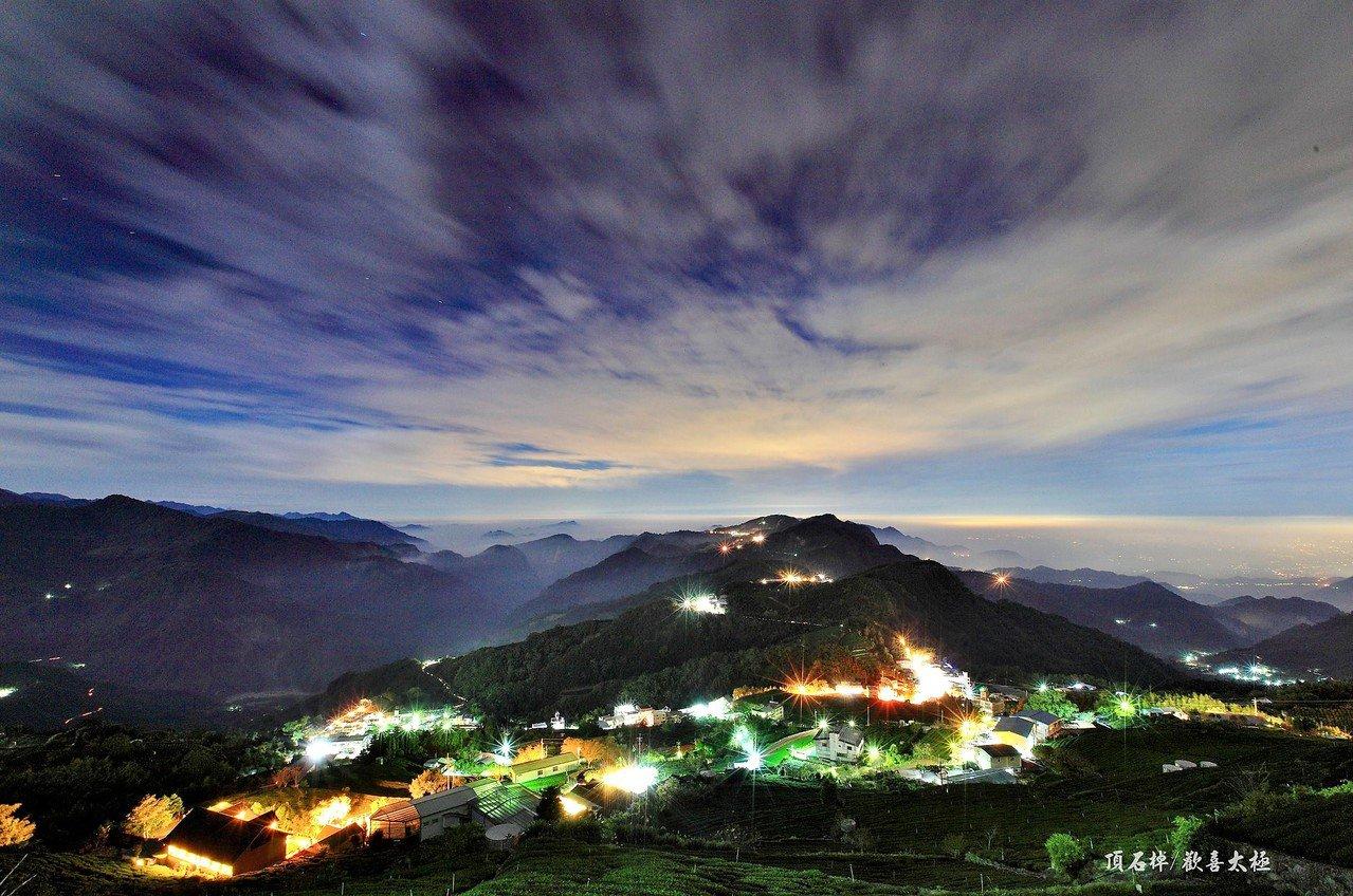 拍攝當下若無雲海湧動,僅能拍到遠山與街燈夜景。圖/王輝松提供