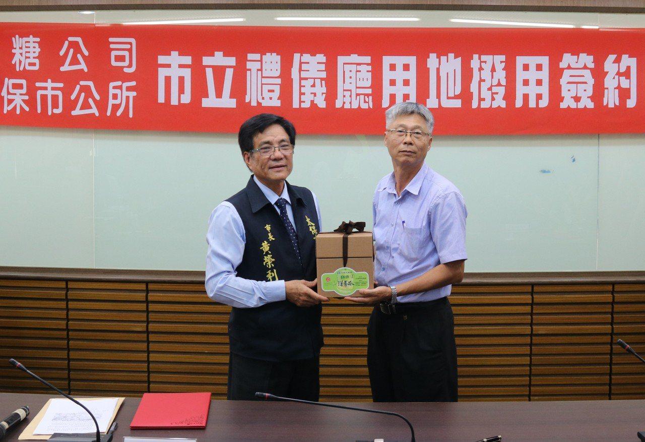 太保市長黃榮利(左)今天與台糖公司雲嘉區處經理張西德完成簽約。記者卜敏正/攝影