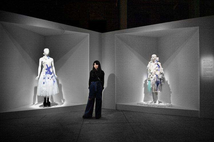 旅英設計師黃薇第一次在台灣公開展出作品,用她一貫的清新氣息,以「運墨而五色具」的...