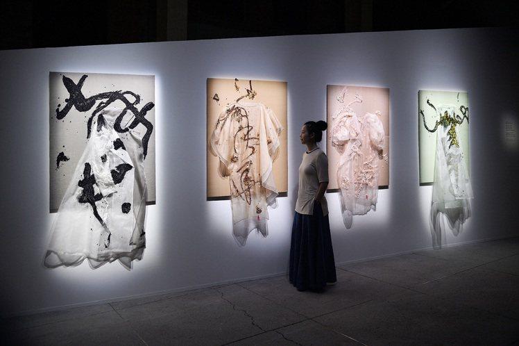 蔡宜芬使用烏干紗與刺繡打造四季畫布。圖/團團文創提供