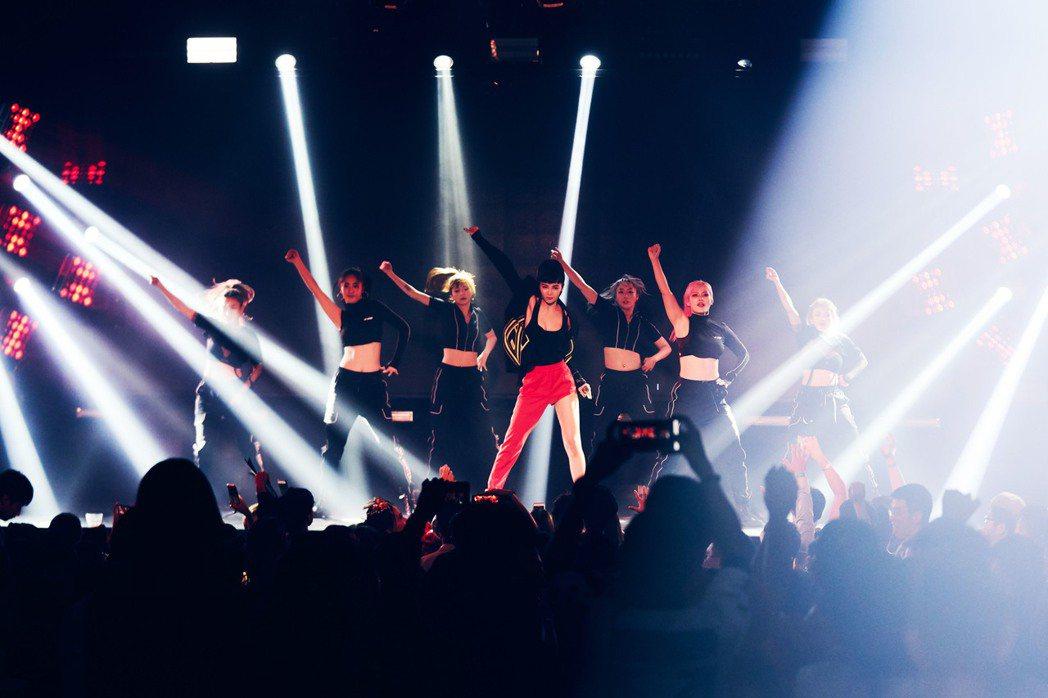 Nikita發片後首個公開演出獻給夜店,火辣舞蹈讓全場high翻。圖/宇朕娛樂提...