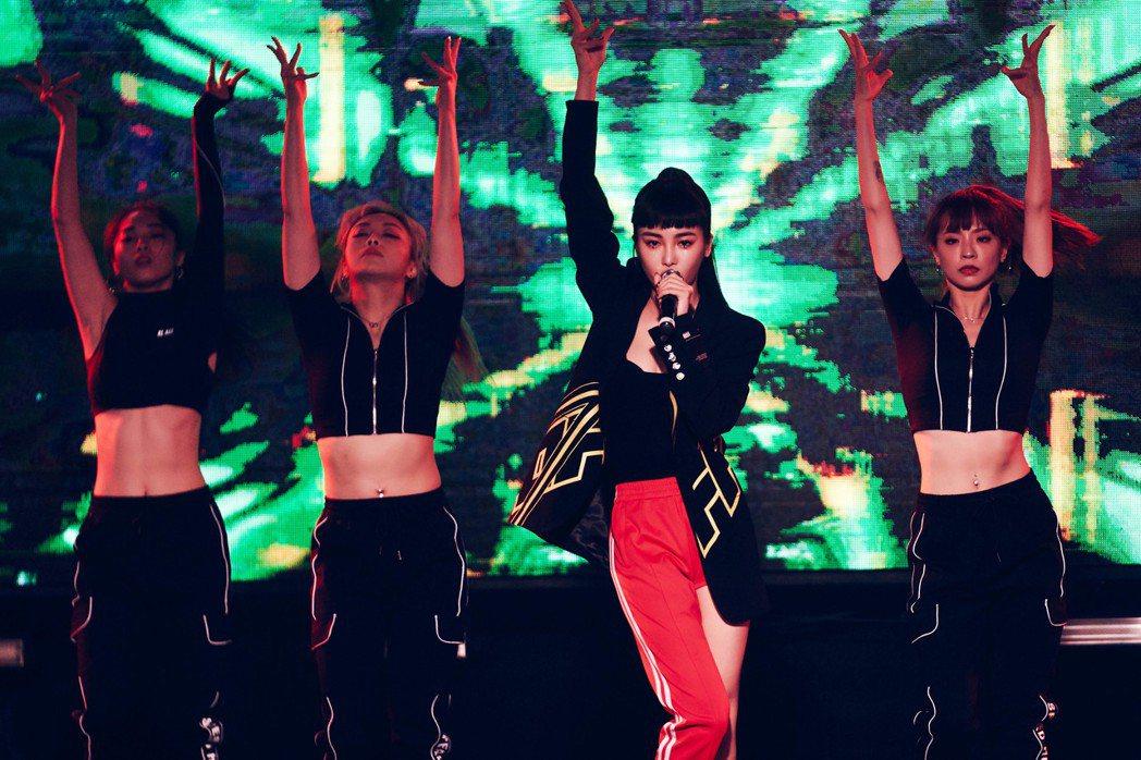 Nikita發片後首個公開演出獻給夜店,火辣舞蹈讓全場high翻。圖/宇朕娛樂提