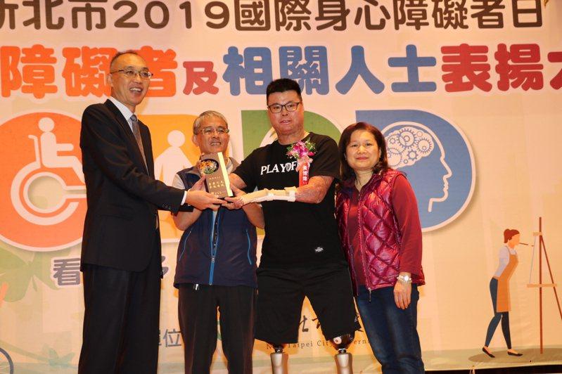 新北副市長謝政達(左一)表揚黃博煒(右二),黃的父母同台接受鼓勵。記者施鴻基/攝影