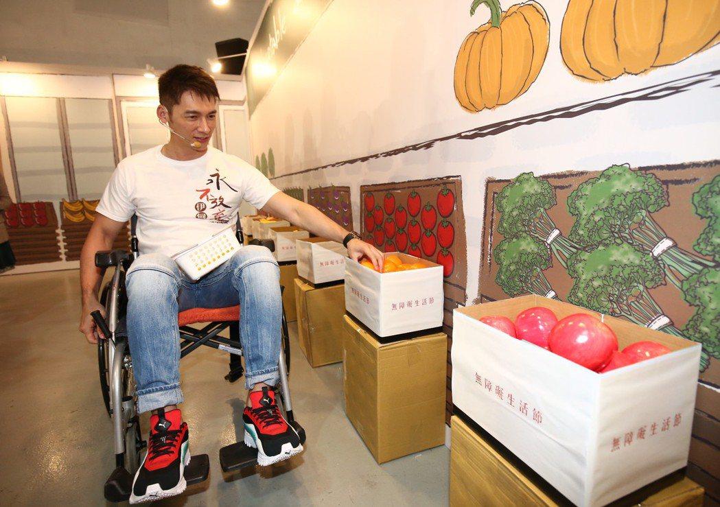 溫昇豪坐上輪椅闖關,挑戰成為身心障礙者過生活。圖/伊甸基金會提供