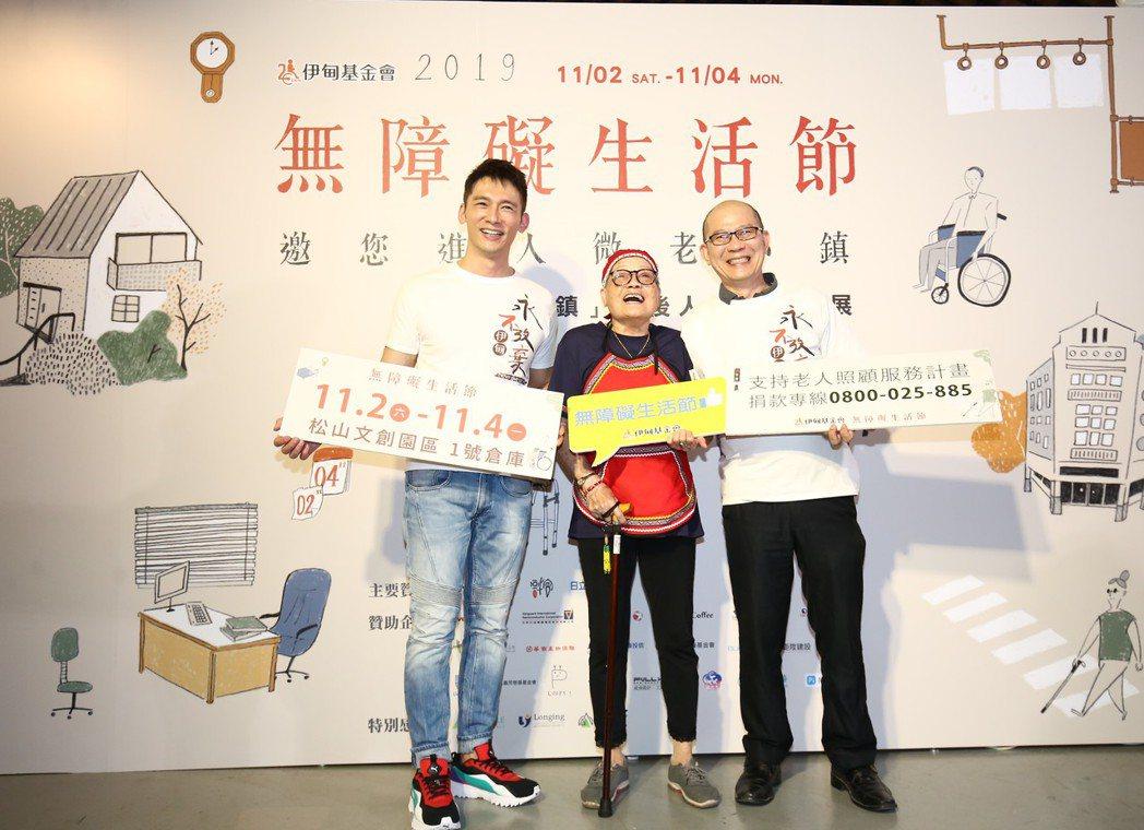 溫昇豪完成挑戰,由角色原型四妹阿嬤頒發「微老小鎮居民證」,希望邀請民眾一起來挑戰...