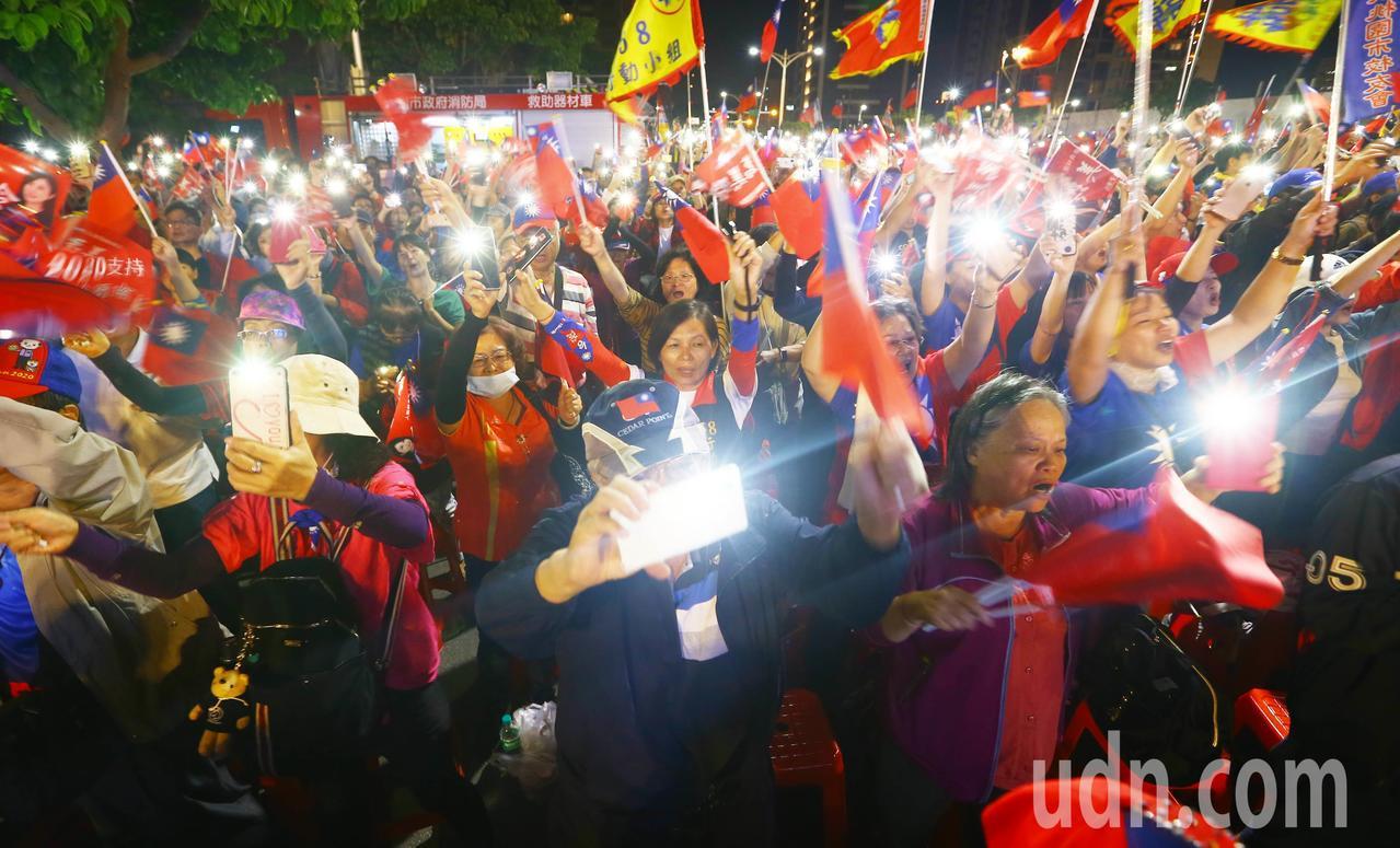 韓國瑜晚間在桃園舉辦「幸福相會桃園起飛團結晚會」,現場支持者點亮手機手電筒,與韓...