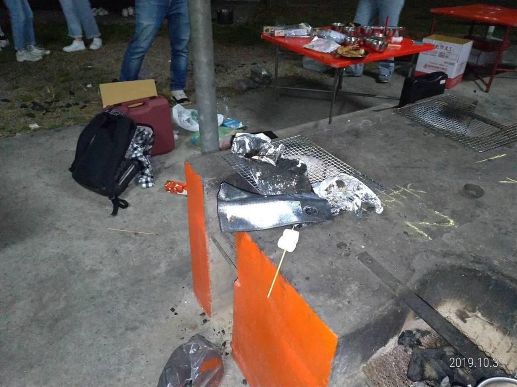 台中曉明女中有11名女學生在台南野炊不慎燒燙傷,現場一片狼藉。記者邵心杰/翻攝