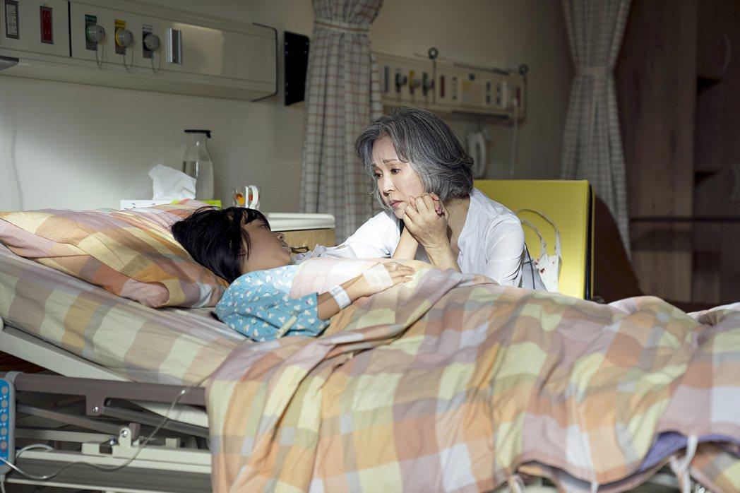 李璇(右)在「天堂的微笑」中飾演修杰楷的媽媽。圖/TVBS提供