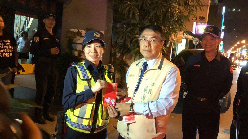 台南今晚封城抓酒駕,台南市長黃偉哲親赴第一線,慰問員警值勤辛勞。記者邵心杰/攝影