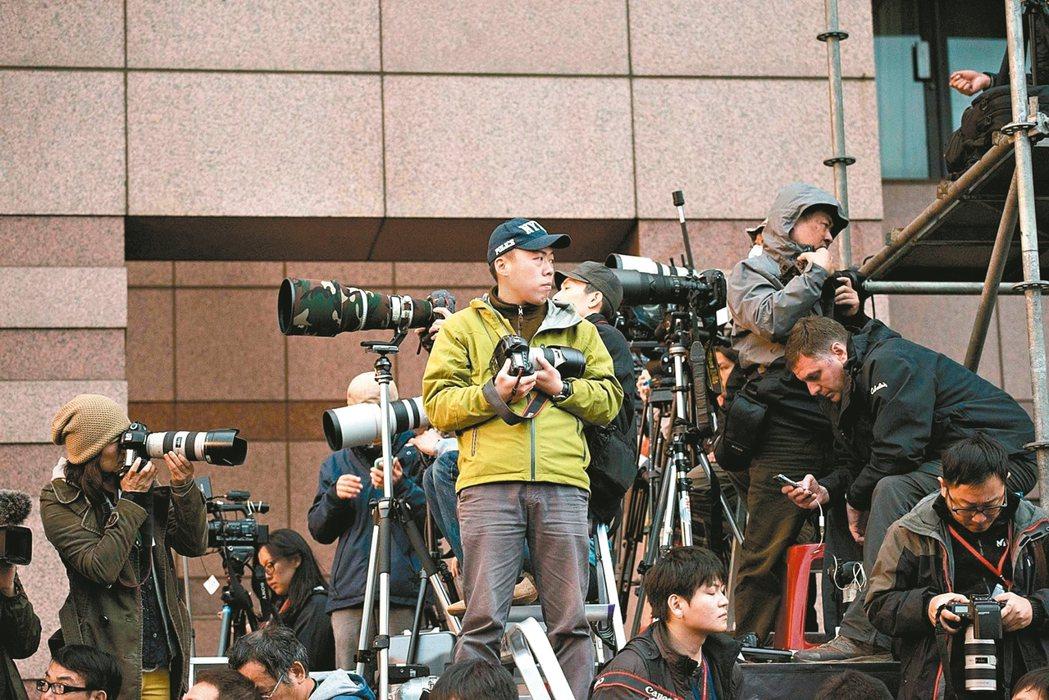 美食攝影班的講師林澔一(中),曾獲吳舜文新聞攝影獎,許多重大事件的場合,都可見到...
