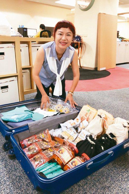 戴勝通父子倆透露他們旅行社的領隊都會多帶一個大行李箱,裡面塞滿家鄉味。 圖╱蘇健...