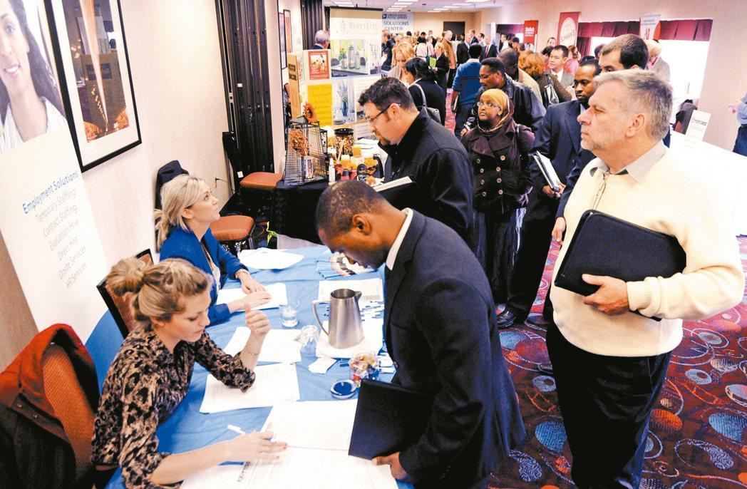 一場在明尼蘇達州明尼亞波利斯市舉行的就業博覽會,吸引中高齡族群。 (美聯社)