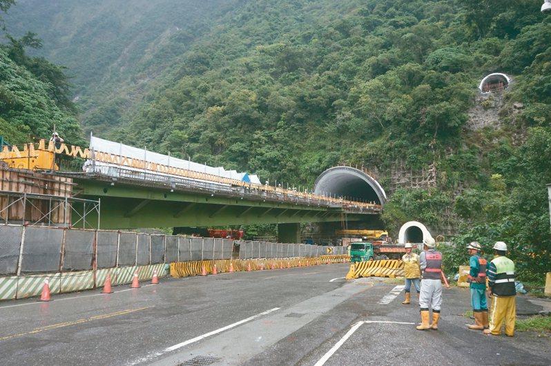 蔡總統昨視察蘇花改仁水隧道工程後宣布,蘇花改明年1月5日全線通車。 記者王燕華/攝影