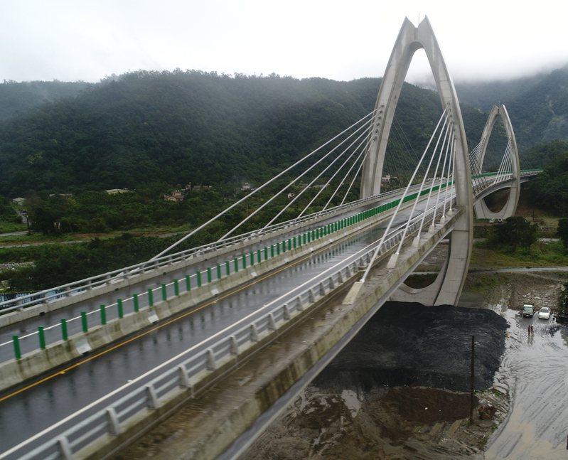 交通建設是百年大計,若為選舉匆促上路,必會引發外界批評;圖為蘇花改深具特色的白米脊背橋。 圖/聯合報系資料照片