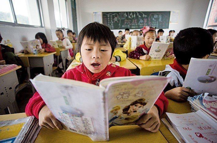 一名小孩在學校上課。圖/取自新紀元周刊