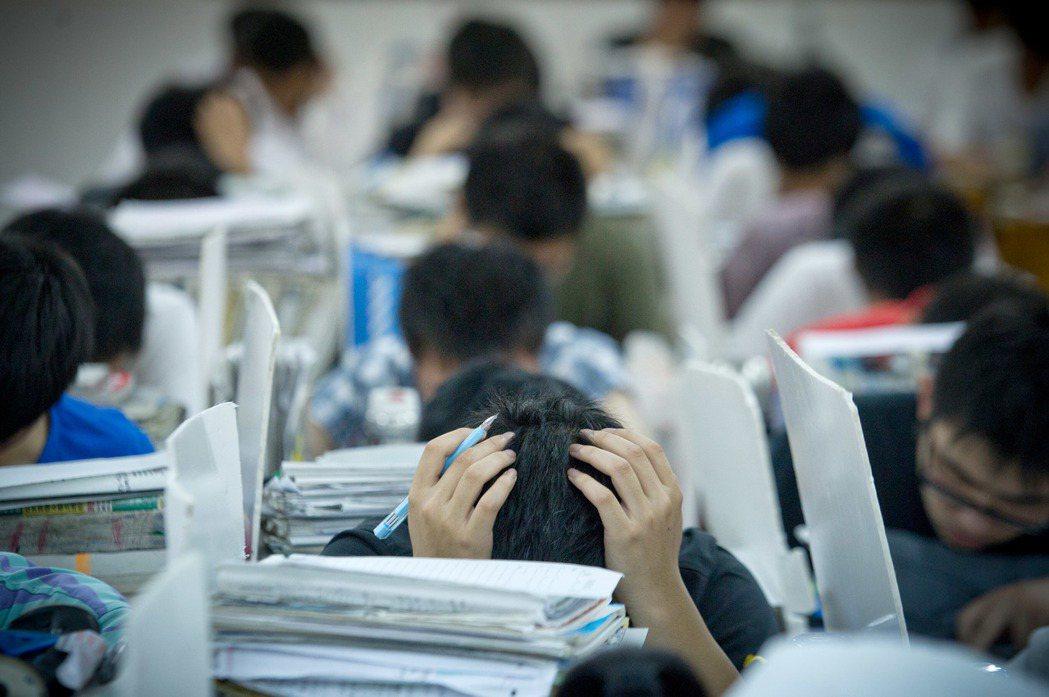 埋頭苦讀才是大陸家長們認為,孩子在學校該有的景象。(新華社)