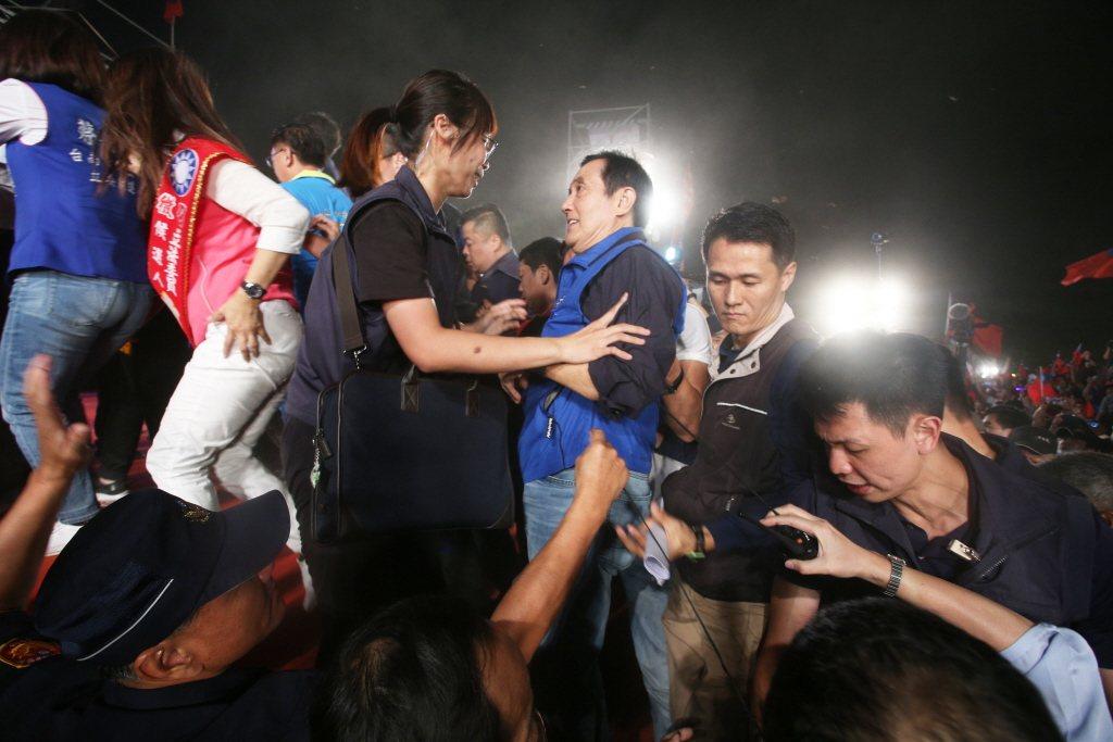 國民黨總統參選人韓國瑜在台南舉行萬人造勢晚會,安全人員嚴密維安。圖/聯合報系資料...