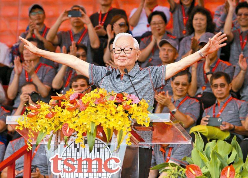 台積電今天在新竹體育場舉辦運動會,已退休的創辦人張忠謀出席活動。 記者許正宏/攝影