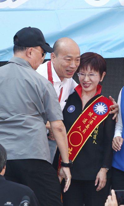 國民黨台南第七選區立委候選人洪秀柱(左)競選總部成立,朱立倫及韓國瑜(中)出席站台。 記者曾原信/攝影
