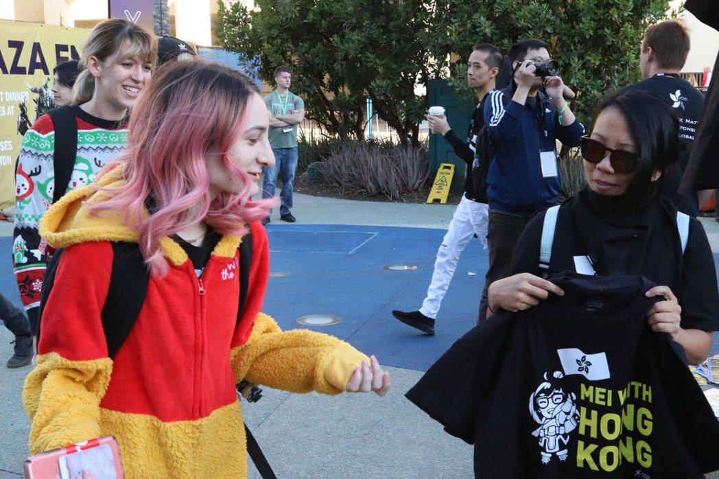 有參加者直接穿著小熊維尼的布偶裝進場 遊戲角落/攝