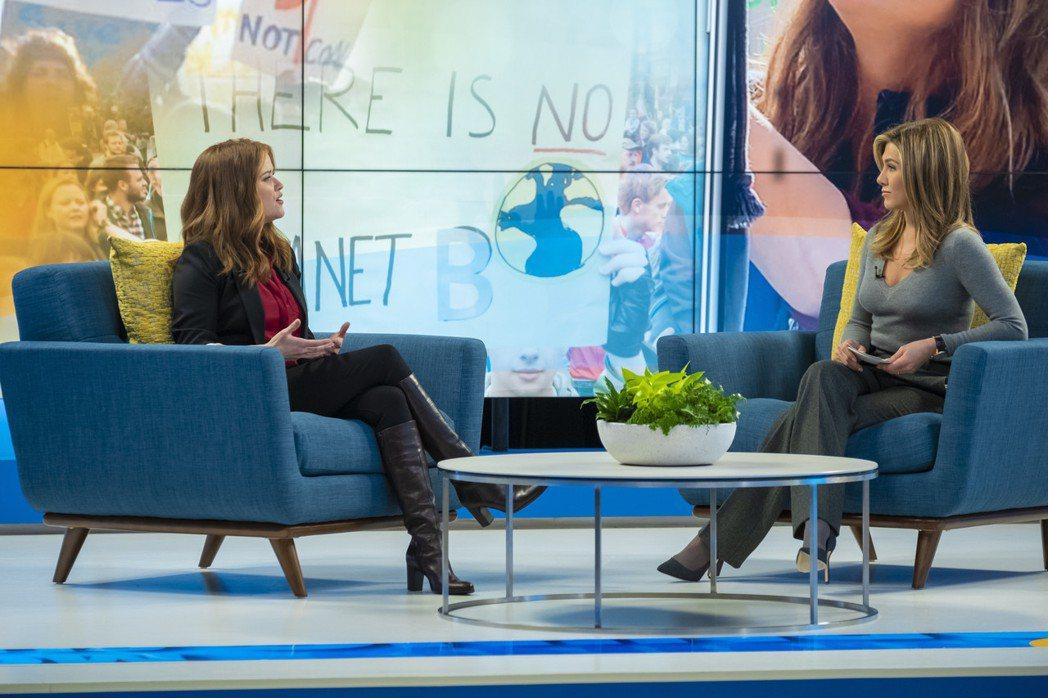 瑞絲薇絲朋(左)與珍妮佛安妮絲頓在「晨間直播秀」中言語交鋒的訪談,各自都展現出色