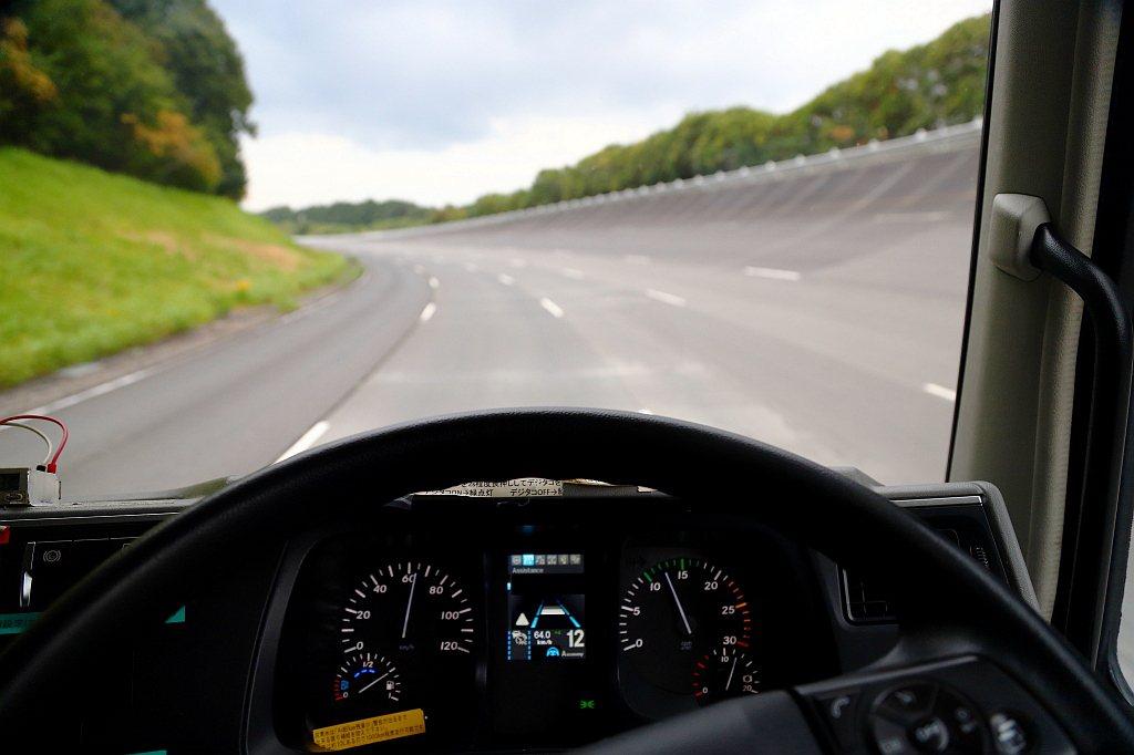 Fuso的Level 2等級自動輔助駕駛系統,在車道維持修正方面也相當溫柔,不會...