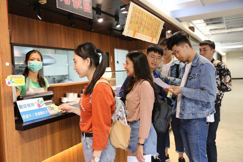 南華大學推行動支付,學生以數位學生證或手機即可在校內商圈消費。記者卜敏正/翻攝