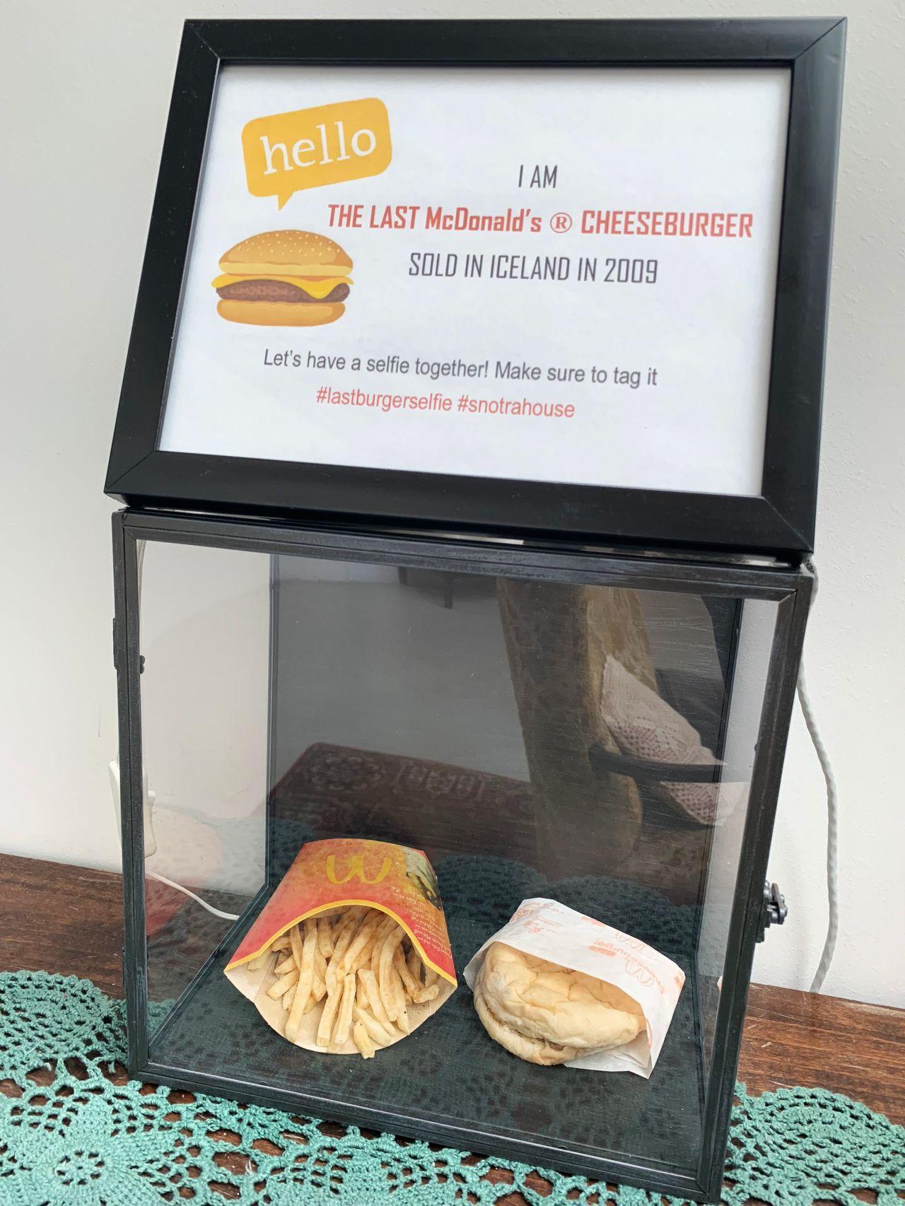 美國速食連鎖店麥當勞十年前在冰島關閉最後一家分店,當時一名顧客決定買下最後一份漢...