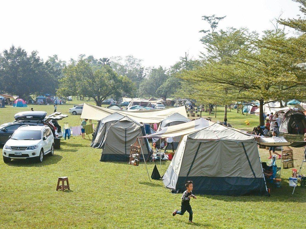 國內露營活動興盛,但中央權責不明且未訂相關法規,南投縣將擬定「露營產業管理自治條...