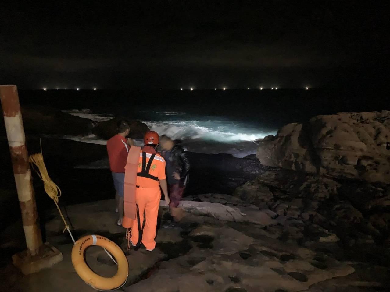 新北水湳洞漁船翻覆,1人冒大浪爬上岸。記者游明煌/翻攝