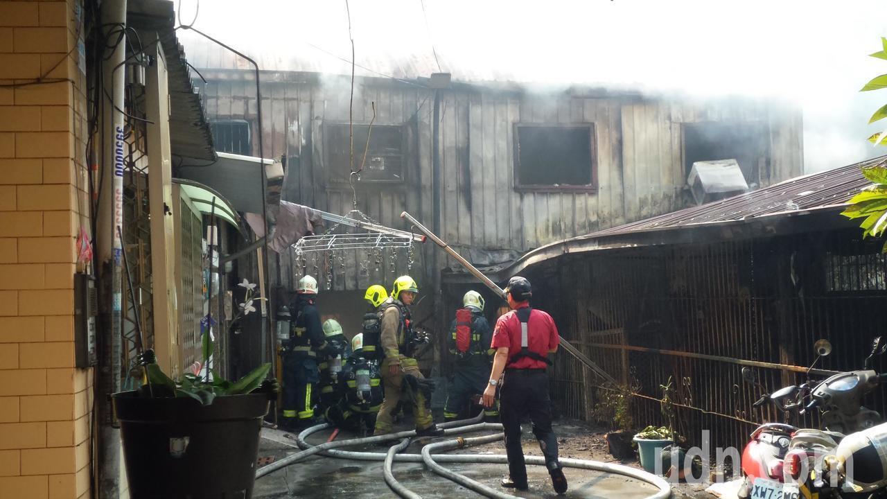 高雄三民區一廢棄幼稚園火警,消防隊搶滅火勢。記者林保光/攝影