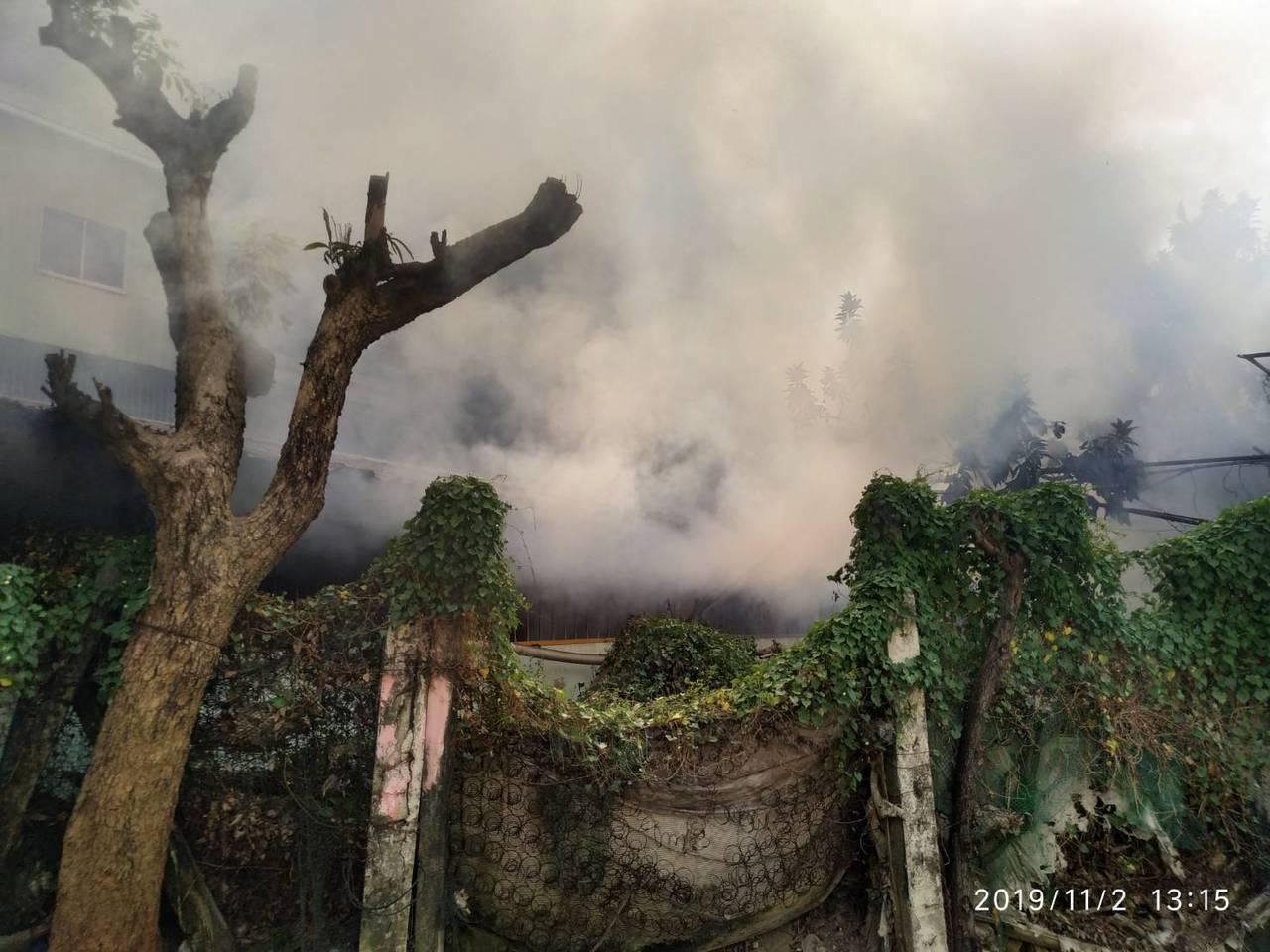 高雄三民區一廢棄幼稚園火警,消防隊搶滅火勢。圖/讀者提供