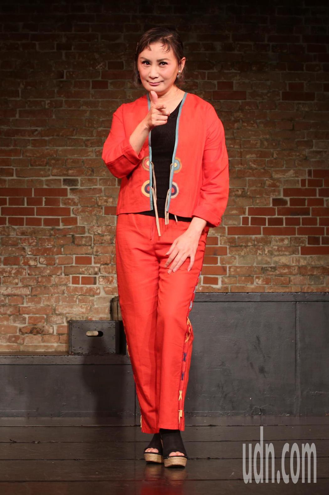 楊麗花歌仔戲《忠孝節義》劇組為陳亞蘭舉辦生日會,她表示雖然拍戲的過程真的很累,但...