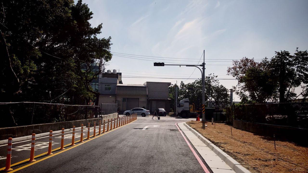 從中山高北上路段進入湖口服務區後,依標誌指示經便道通往新竹工業區,位於榮光路的便...