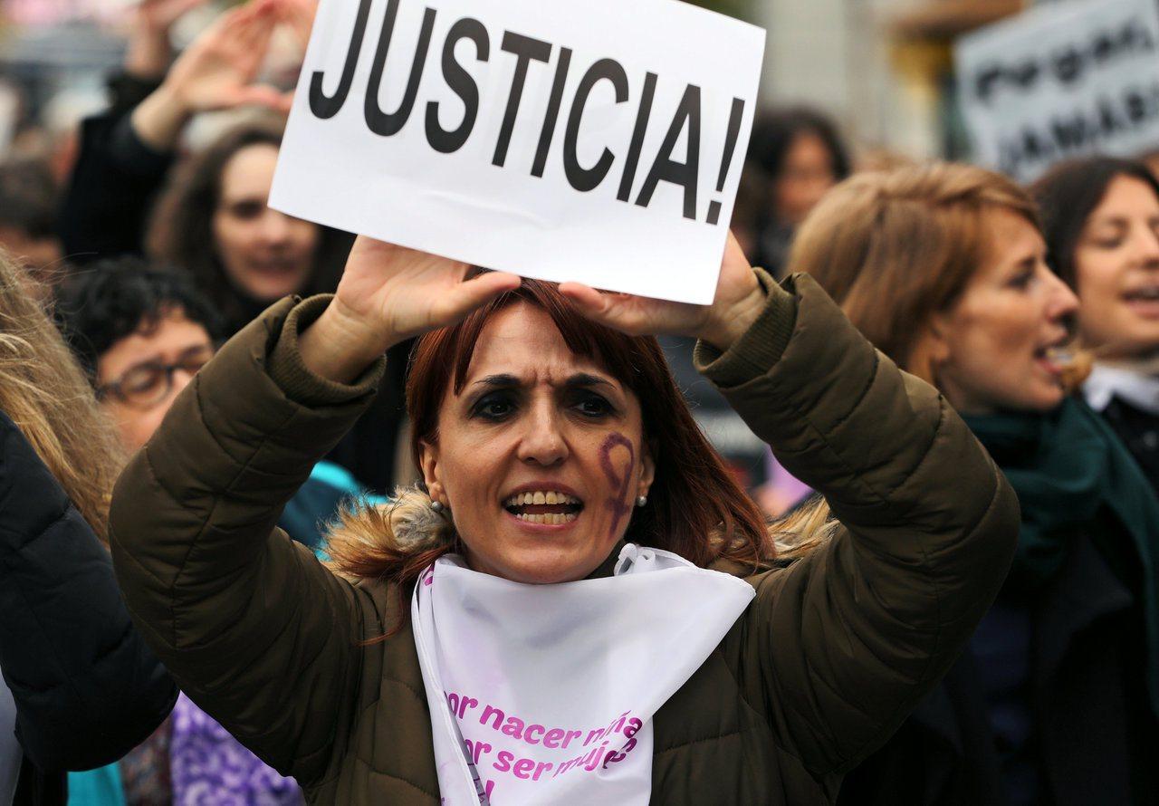 西班牙五名男子輪暴少女,法院以較輕的性騷擾罪判刑,引發眾怒。圖為西班牙女性要求嚴...