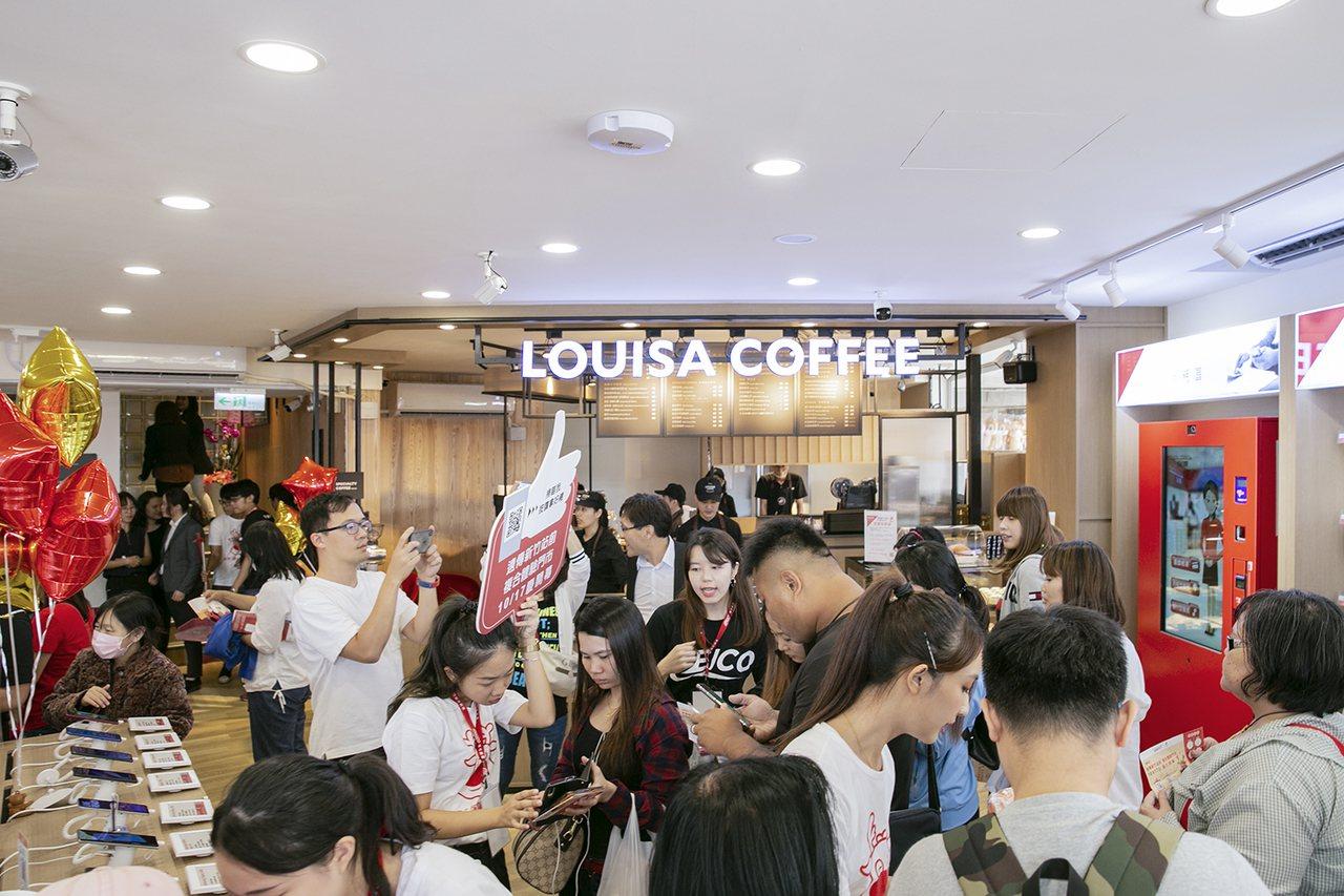路易莎咖啡與遠傳電信合作的新竹站前複合體驗門市,近日新開幕,人潮滿滿。 圖/路易...