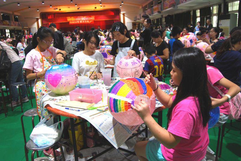 市公所今天在南郭國小舉辦「創意彩繪燈籠活動」,共有6百多位小朋友參加,完成的作品將會在春節期間,用來妝點城區。照片/彰化市公所提供