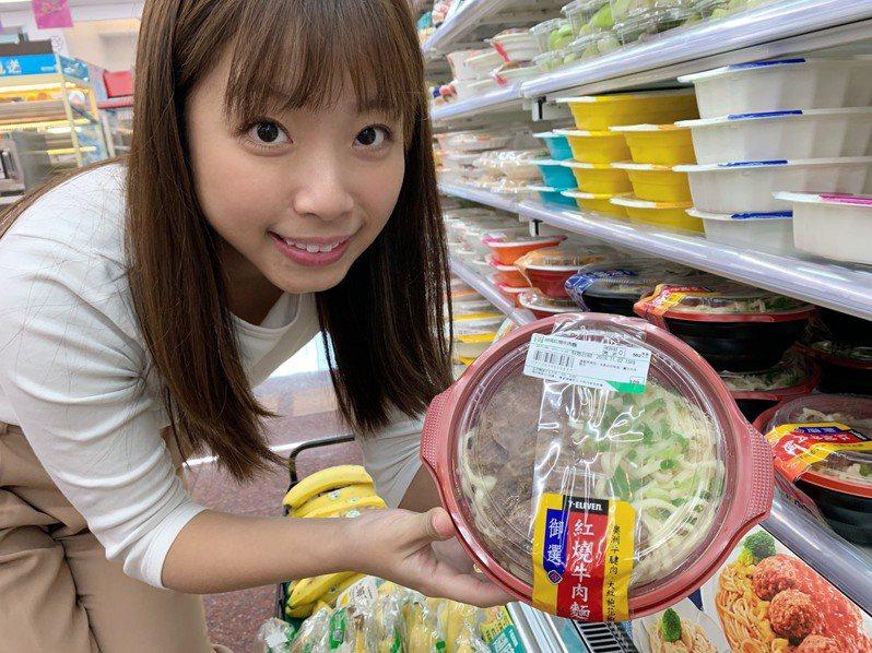 7-ELEVEN提前發動鮮食換季,10月陸續推出「韓式雙拼海陸鍋」、「御選紅燒牛肉麵」,帶動湯麵鍋物業績成長3倍。圖/7-ELEVEN提供