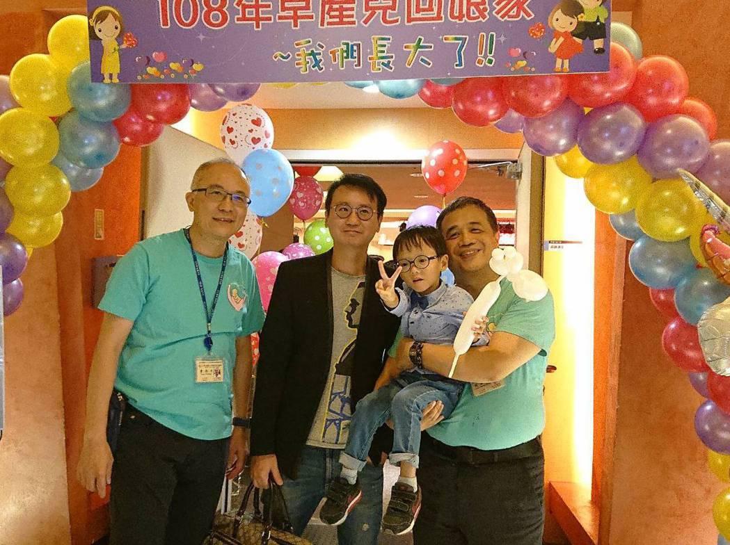 台大醫院新生兒科今天舉辦第13屆早產兒回娘家活動,台大醫院新生兒科主任曹伯年、小...