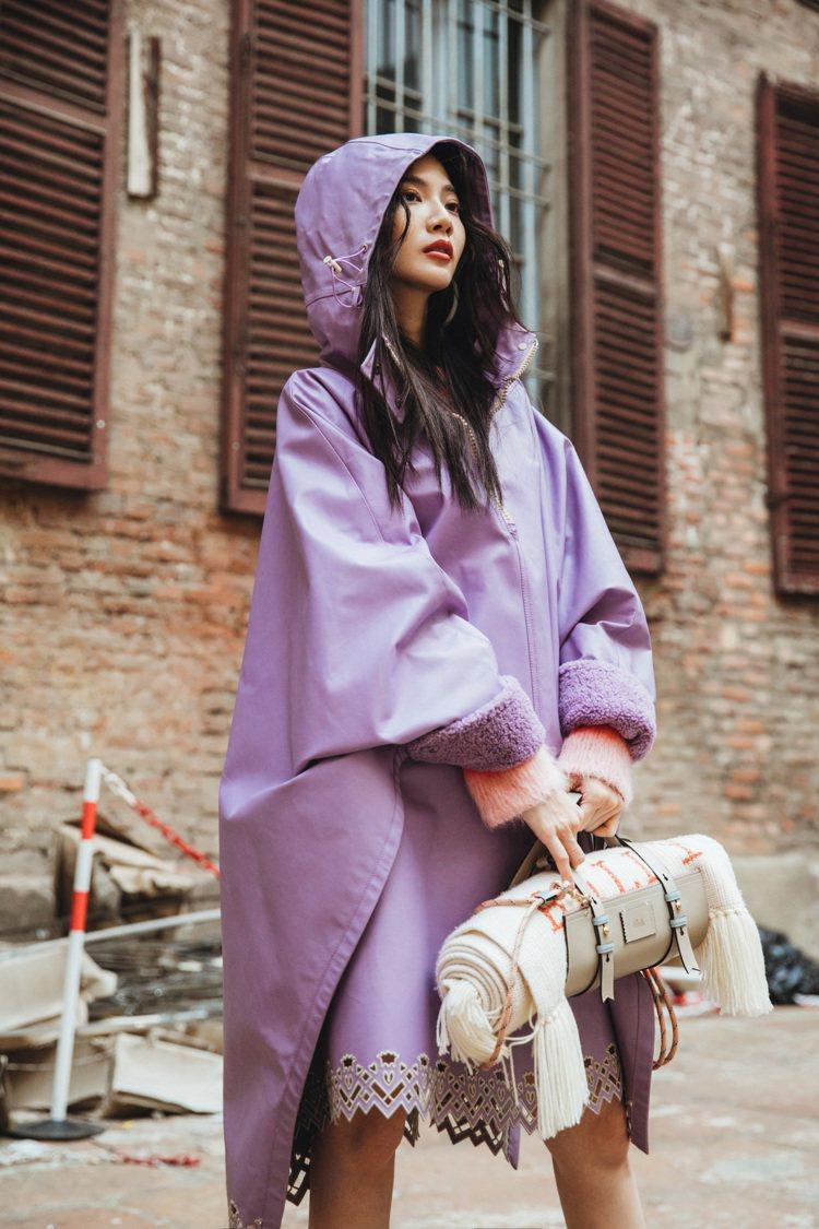 曾之喬身穿BALLY 2019薰衣草紫皮革斗篷,搭配登山靴、可攜帶毛毯的斜背包。...
