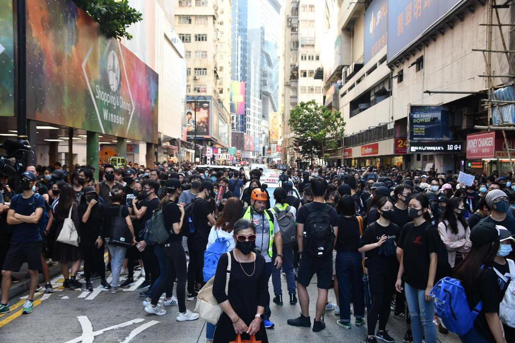 香港街頭再現黑衣蒙面示威群眾。圖:取自星島日報網站