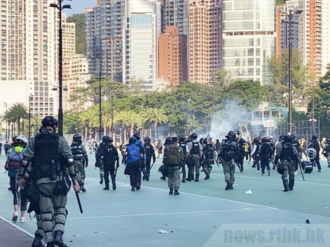 香港警方在中央圖書館外施放催淚彈。圖:取自香港電台網站
