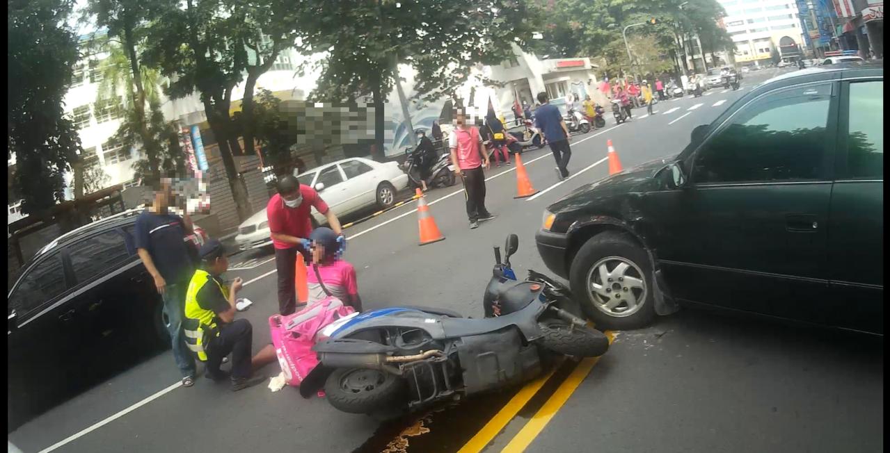 美食外送人員車禍頻傳,嘉義市德安路昨天中午又有1名騎機車美食外送員,不慎撞上轎車...