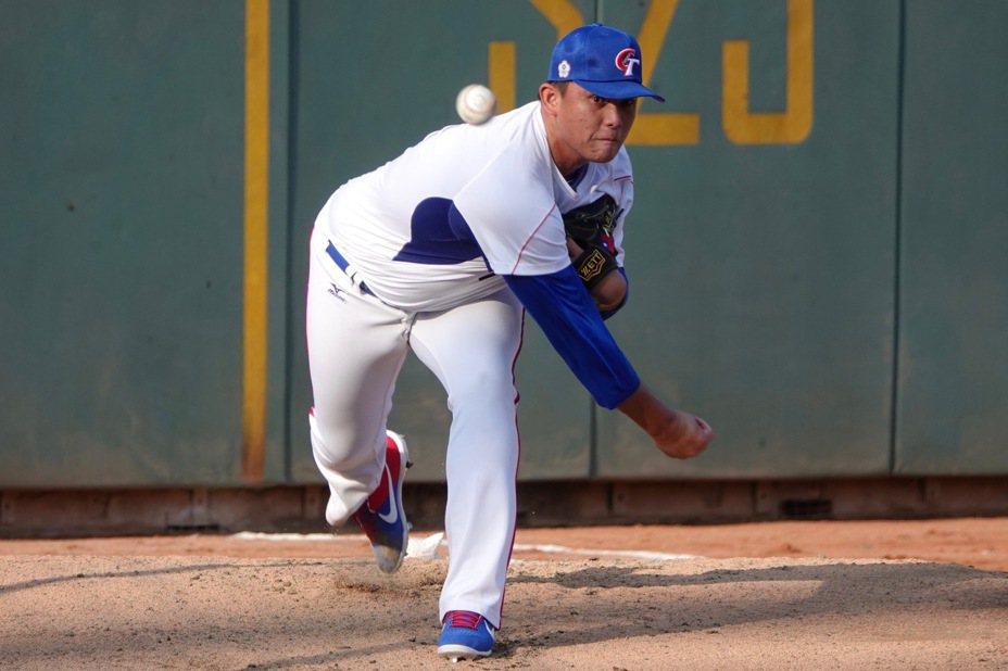 世界棒球12強賽中華隊旅外投手林鋅杰進牛棚練投。記者蘇志畬/攝影