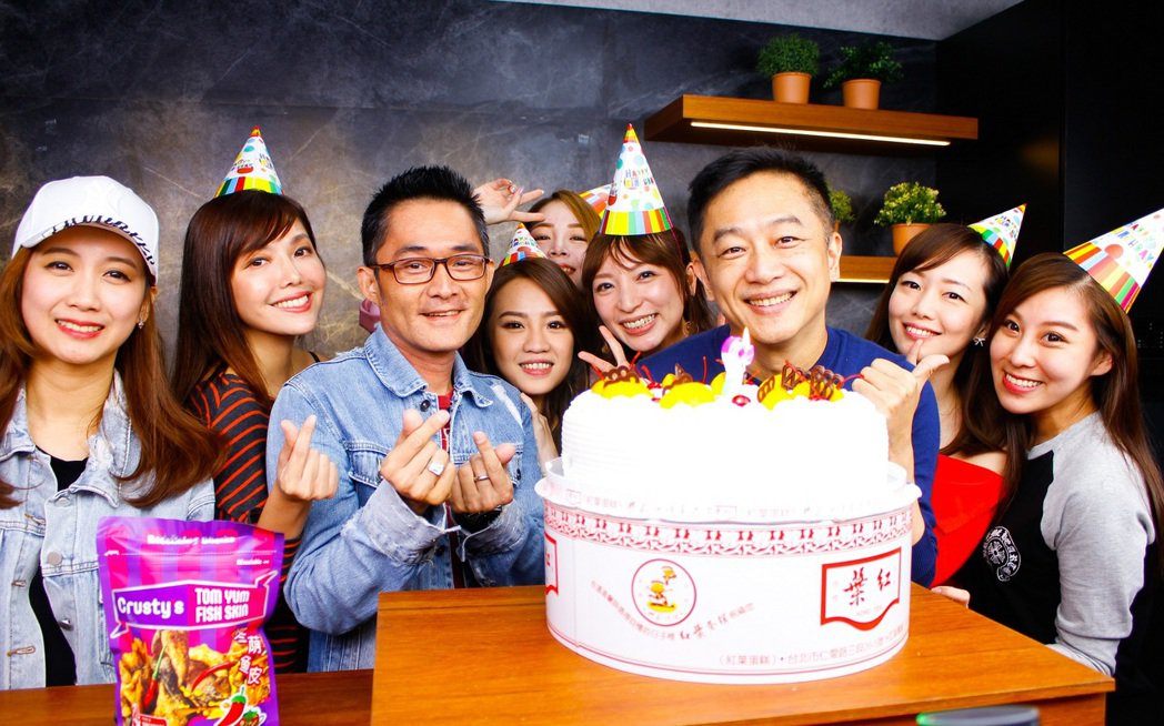 陳昭榮(右三)生日遭到旗下女主播惡整。圖/翰成數位直播提供