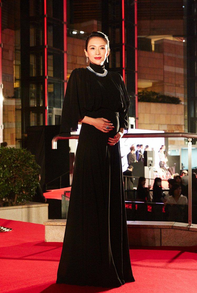 章子怡在東京影展詮釋CELINE黝黑色真絲喬其紗垂墜長裙,成功遮肚。圖/CELI...