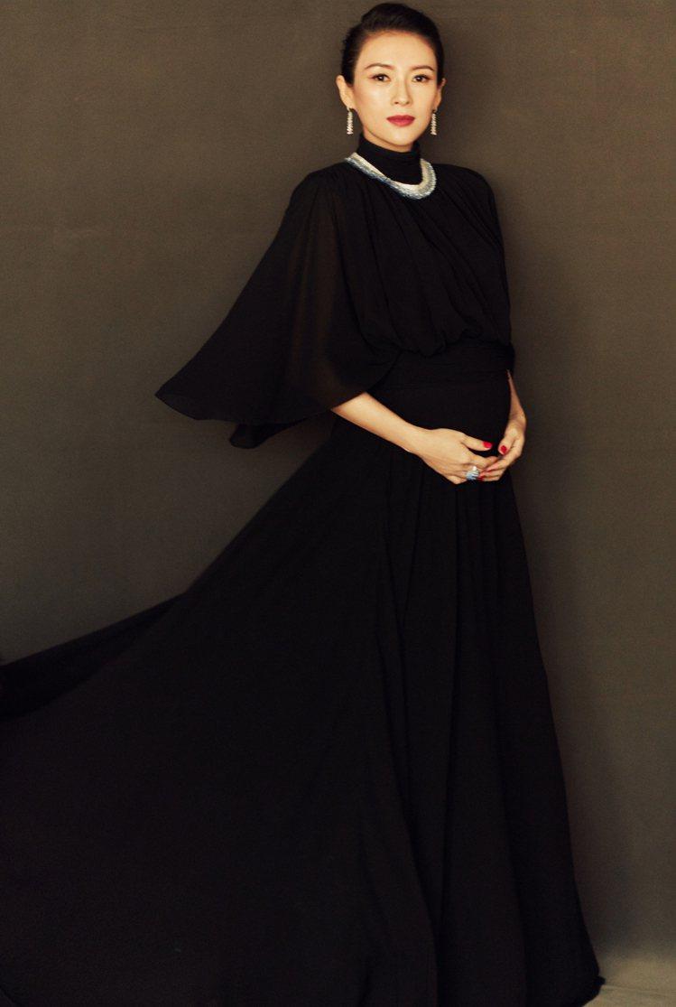 章子怡身穿CELINE黝黑色真絲喬其紗垂墜長裙,展現懷孕7個月的神奇纖瘦身材。圖...