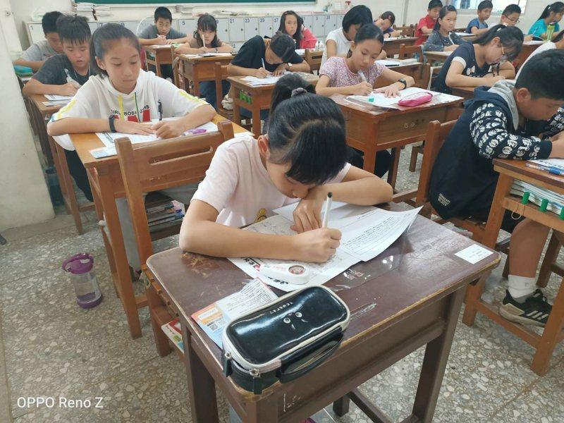 聯合盃全國作文大賽南投區初賽昨天下午登場,共有1302名學生參加,希望藉由作文比賽打好寫作基礎。記者江良誠/攝影