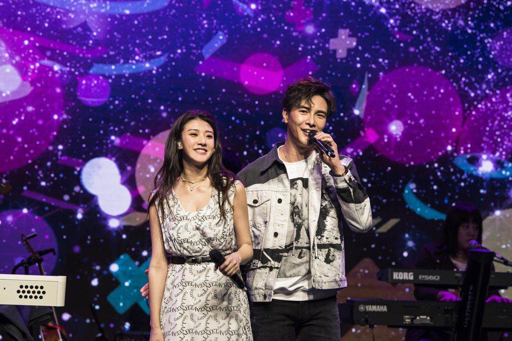 林逸欣與謝佳見甜蜜合唱「離開地球表面」。圖/旋轉娛樂提供
