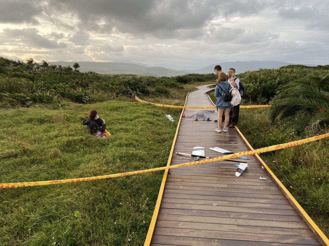 失控的遙控斜坡滑翔機砸中在墾丁龍磐公園木棧道賞景的婦人。記者潘欣中/翻攝